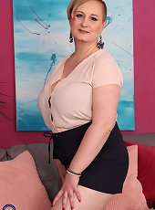 Nude cougar nurse Christy will treat you properly